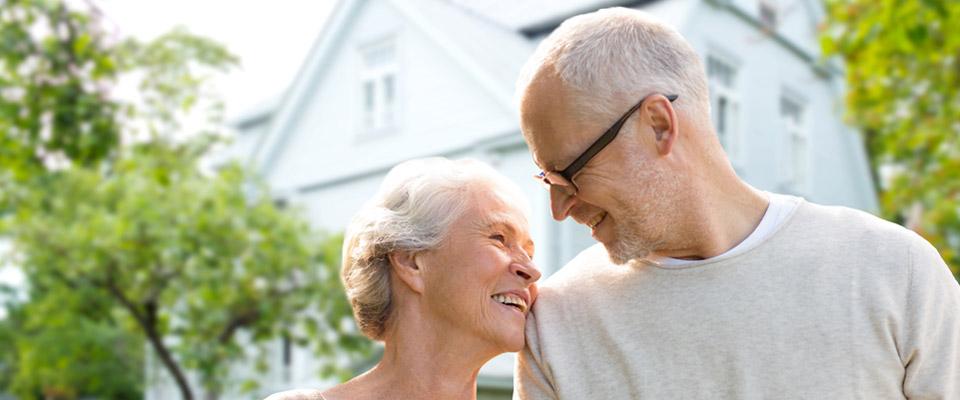 Des aînés canadiens planifiant des rénovations domiciliaires peuvent utiliser les prestations relatives au logement offertes par le gouvernement ainsi que les fonds d'une hypothèque inversée.