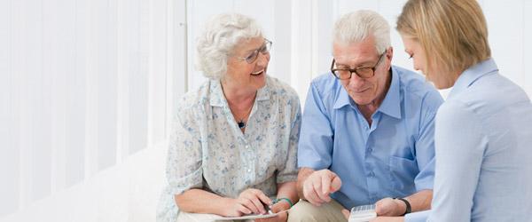 Couple de personnes âgées canadiennes discutant des options de prêt sur valeur domiciliaire et d'autres options hypothécaires avec un expert.